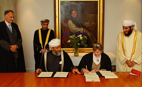 20091021-cambridge interfaith signing3